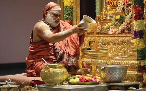 04 Jagadguru performing Abhishekha to Lord Chandramoulishwara on Maha Shivaratri