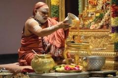 04-Jagadguru-performing-Abhishekha-to-Lord-Chandramoulishwara-on-Maha-Shivaratri